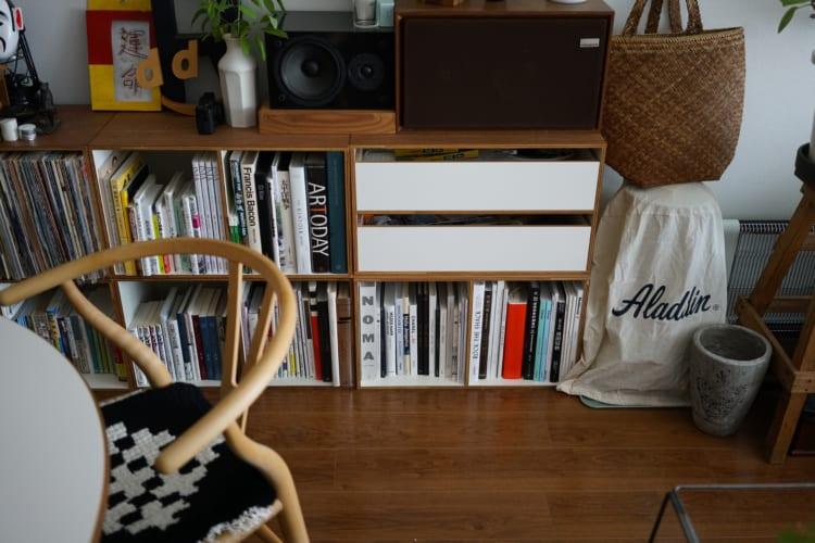 ダイニングテーブルの横の様子。本棚として使用している上はちょうどいい高さの陳列スペース。スピーカーを置いたり、旅先で買ってきたものを置いたり……