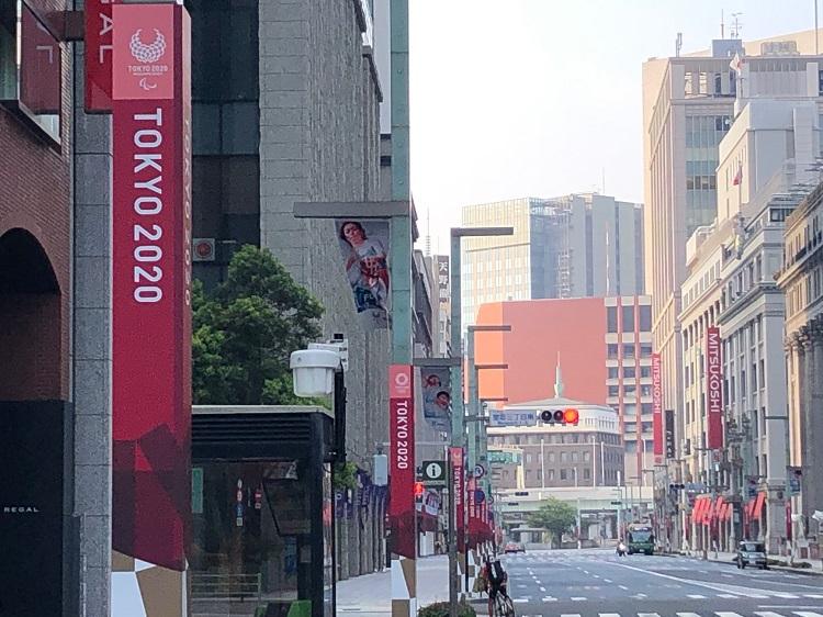 人影がほとんどなかった早朝の日本橋。早くも「TOKYO2020」のアイコンが