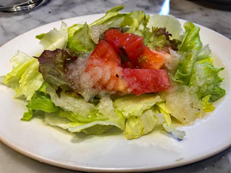 セットのサラダは、ドレッシングがとてもおいしい