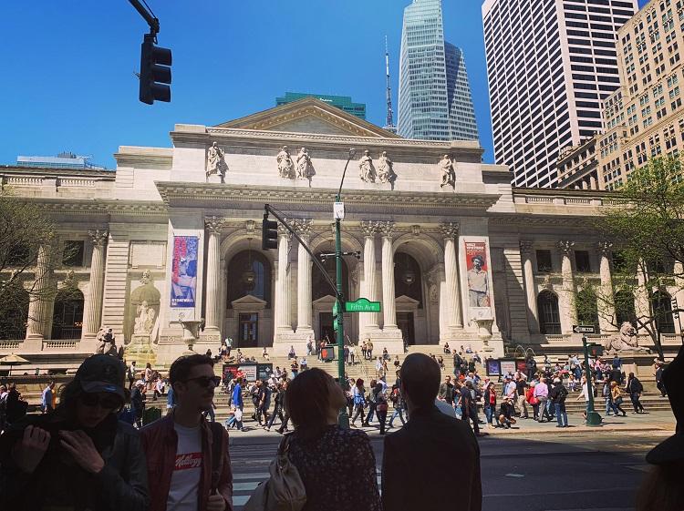 NY公共図書館本館の正面入り口