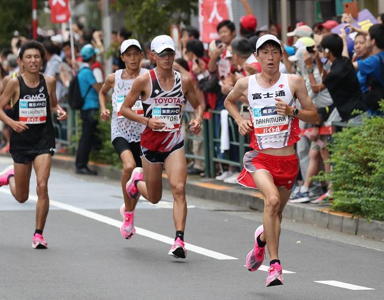 39キロ過ぎで力走する(右から)優勝の中村匠吾、2位の服部勇馬、3位の大迫傑=代表撮影
