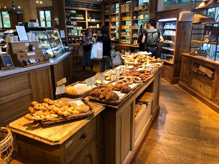 ベーカリーレストランということもあり、レストランの横のベーカリーではパンも販売。通り過ぎるだけでいい匂い