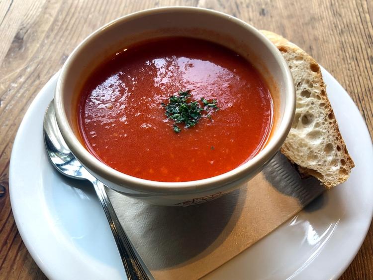 「本日のスープ(480円)」は日替わりで、パンプキンスープやコーンスープなども提供している。平日午前11時〜午後3時まではタルティーヌ 2種類とスープ、サラダがワンプレートになった「タルティーヌ ランチハーフ&ハーフ(1480円)」のお得なセットも