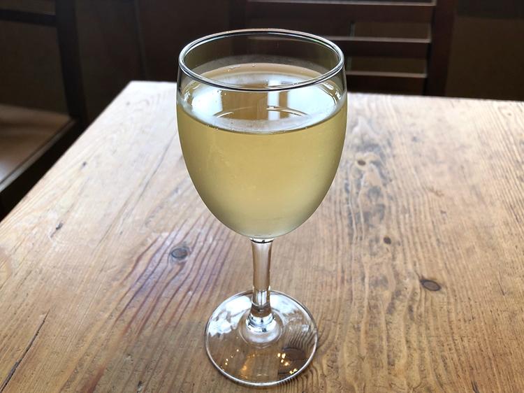 グラスの白は「エコバランス」のシャルドネ(590円)。爽やかさと果実味、独特のミネラルのバランスのちょうど良いチリ産ワイン