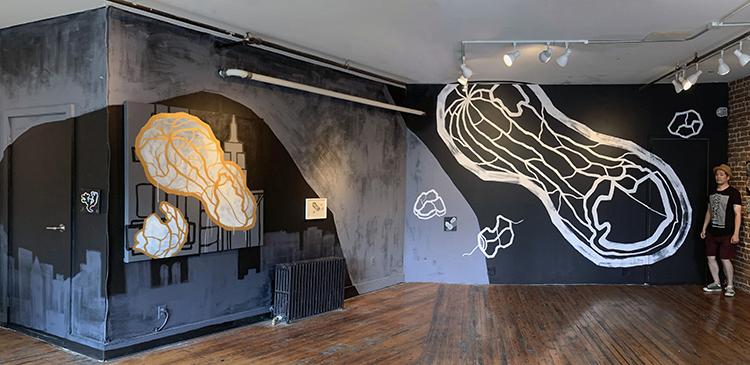 今年の8月にNYの「Haco Gallery」で行われた「伊藤知宏個展/ライン・トゥー・ミー」の展示風景より。アメリカの植物学者ジョージ・ワシントン・カーヴァー氏にささげる巨大なピーナツを壁に描いた。このギャラリーでは、グラフィティ・アートのユニット「SAMO©」として生前バスキアと一緒に活動していたアル・ディアスも展覧会を行っていた