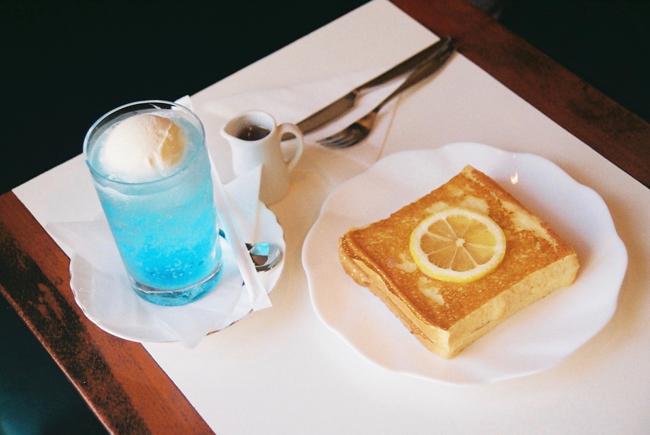 青いクリームソーダとフレンチトーストが人気 江戸川区・平井の純喫茶「ワンモア」で本物を知る