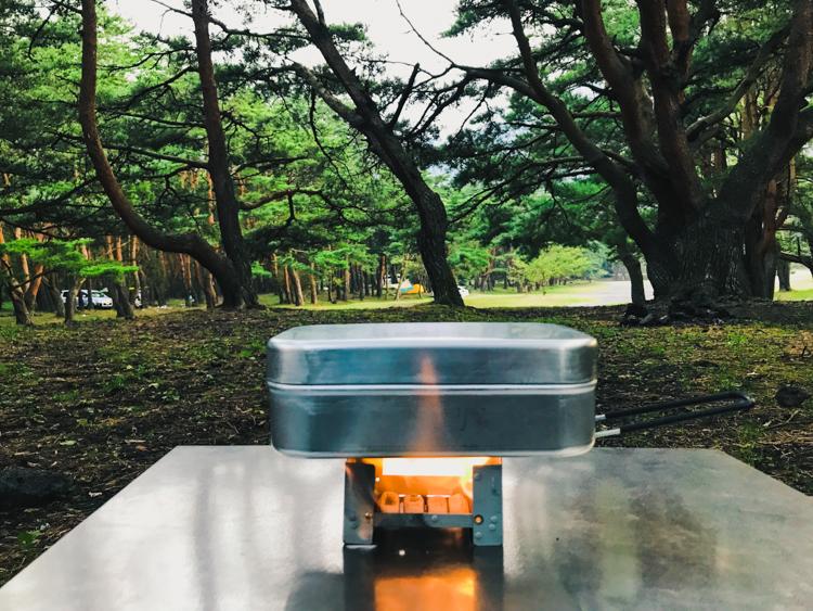 """""""森のキャンプ飯"""" 冬だから、外で「キムチ鍋」をほおばる"""