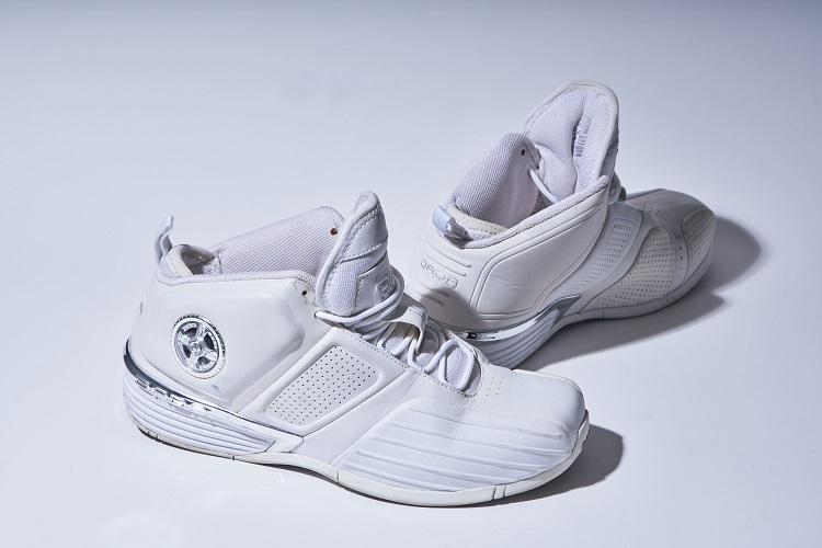 ゼロ年代の流行を反映した角ばったシルエットが印象的。「NBA選手のシグネチャー・モデルなのに履き心地はイマイチ(笑)」と丸屋さん