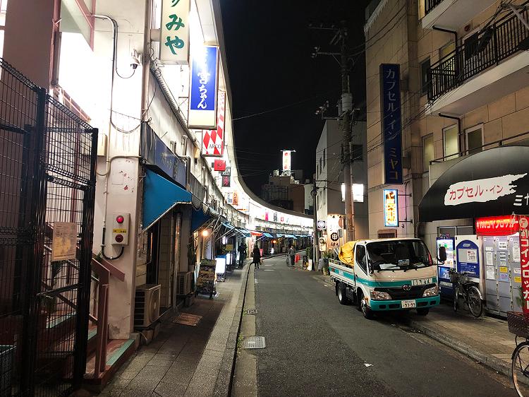 舞台の中心となったのは横浜市中区の野毛、曙町、寿町や山手。野毛は今は新しい店も増えて観光地化していることもあり、場所によっては物語ほど薄暗い雰囲気はない