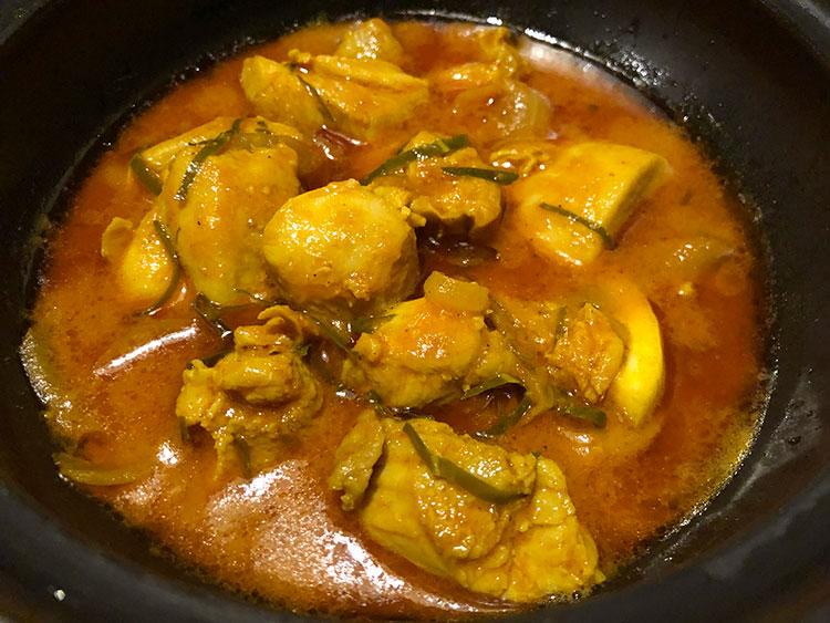 タイ料理のトムヤムクンを思わせる酸味が特徴の「レモンチキン」