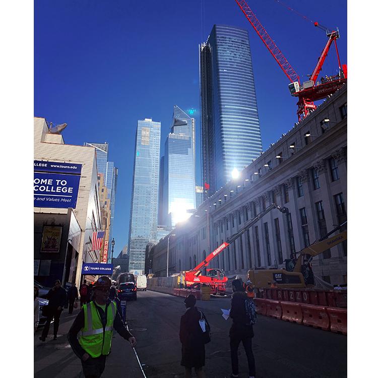 ペン・ステーションから見たハドソン・ヤード地区。高層ビルが並んでいる。中央にある頭が三角形のビルが今年3月にオープン予定のジ・エッジ(The Edge)