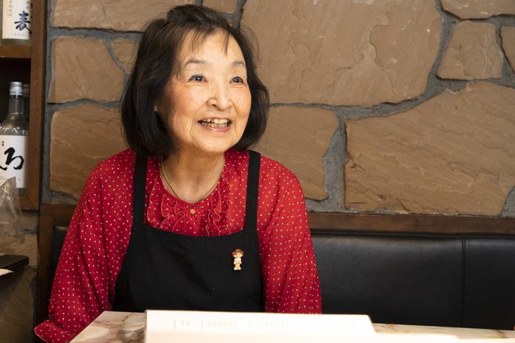 大ママ中嶋美代子さんのてきぱきとして明るいサービスは、お店の看板
