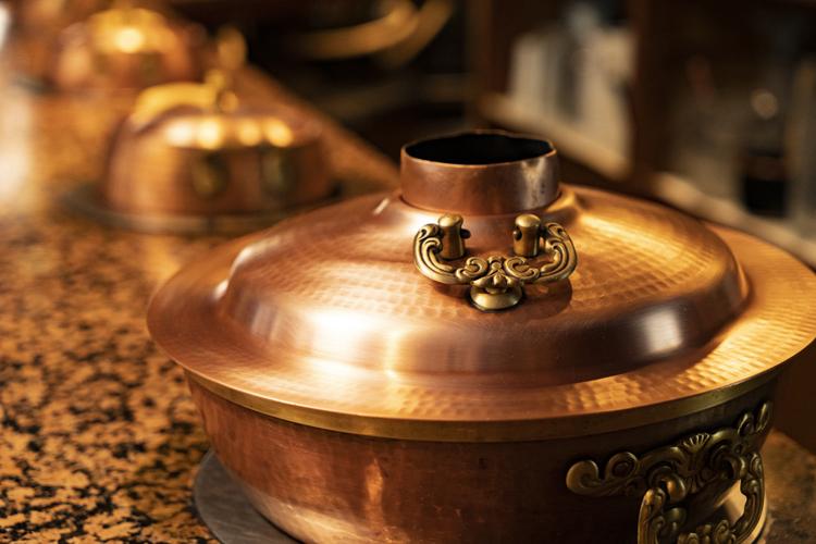 銅鍋は新品のようにピカピカ。いまでは修理できる人がいなくなったのが悩みだという