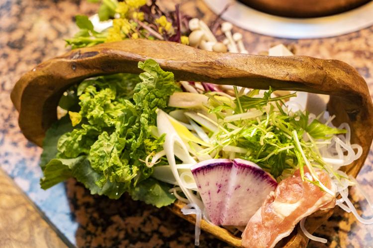 しゃぶしゃぶ用の野菜には、季節の根菜や珍しい洋野菜も混じる