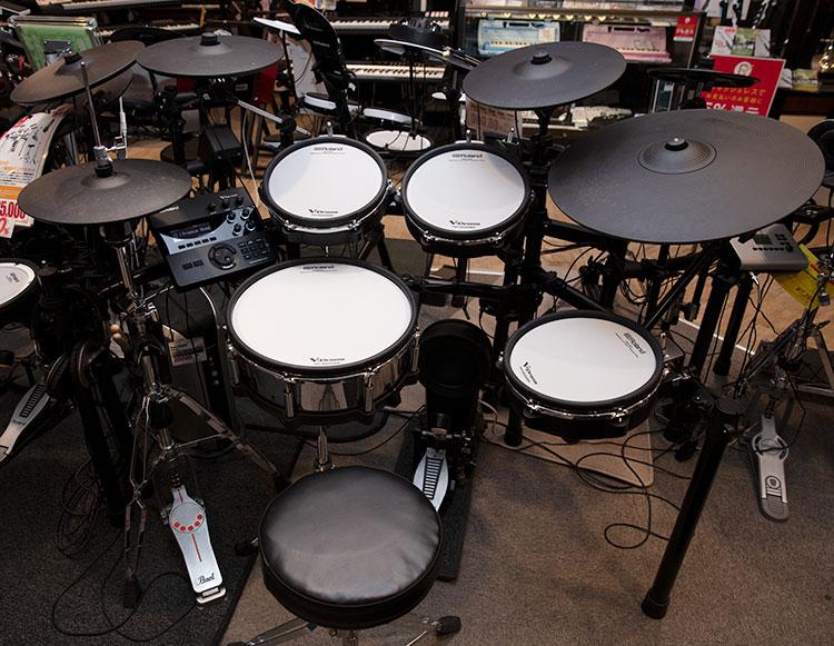 RolandのTD-27KV。パッドやシンバルが大きめで、生ドラムに劣らない叩き心地を再現している