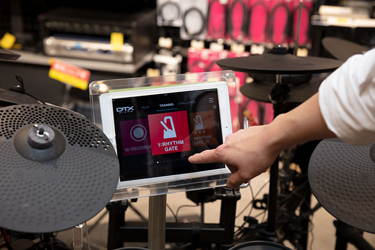 YAMAHAのDTX402は、iOS/Androidアプリと連携して、ゲーム感覚で練習ができる