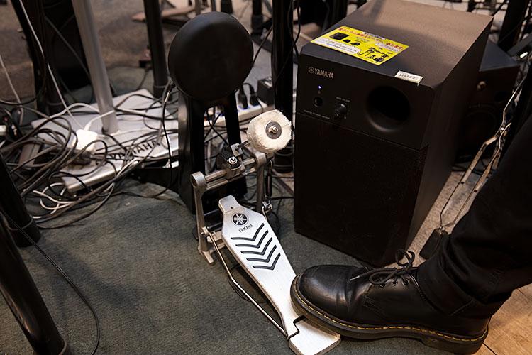 YAMAHAののフットペダルを使用するバスドラム用パッド。生ドラムに近い感触が得られる反面、振動は大きくなりそうだ