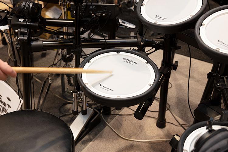 Rolandのメッシュパッド。叩いた感触がやわらかく、音も静か。細かなニュアンスも表現することができる