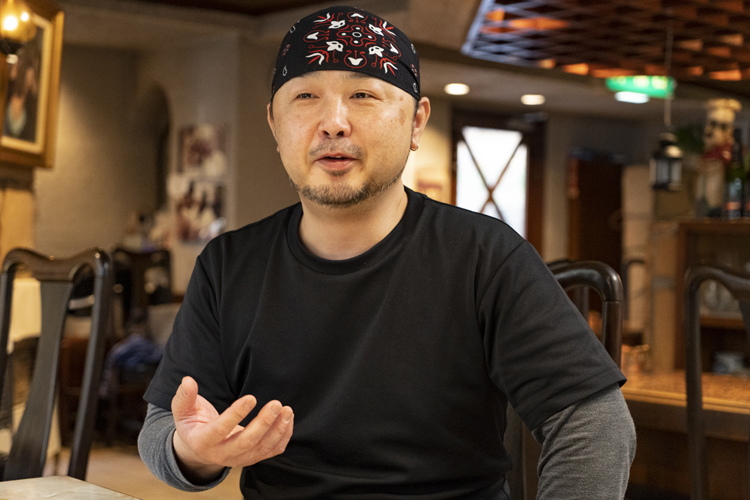 「店を大事にしてくれるお客様を大切に、こつこつと続けていきたい」と、店長の中嶋尚さん