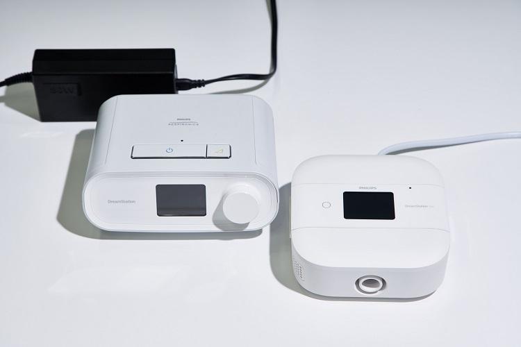 最新のCPAP装置は見た目にもスマート。一見するとデジタルオーディオ機器のようにも見えるため、インテリアの雰囲気を崩すことがない。左は据え置き型で右は持ち運びも可能なタイプ
