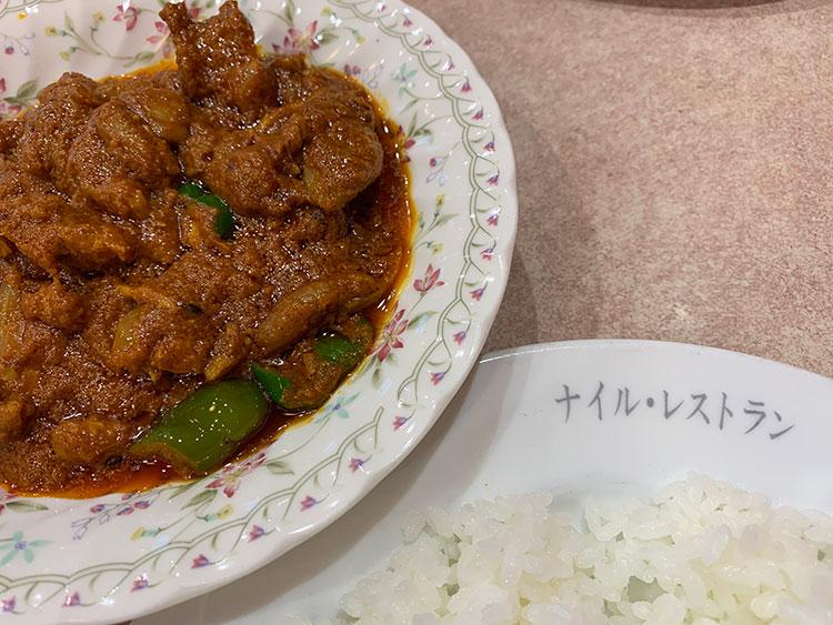 パンチの効いた辛さと刻みピーマンの食感が特徴の「チキンマサラ」(1500円・ライス別)