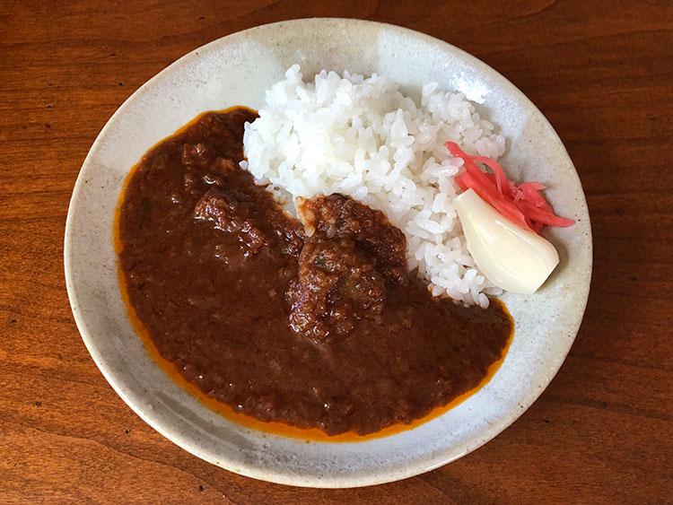 インド料理シリーズには小ぶりな100gサイズもある。写真は辛口「マトンパンジャビ―」