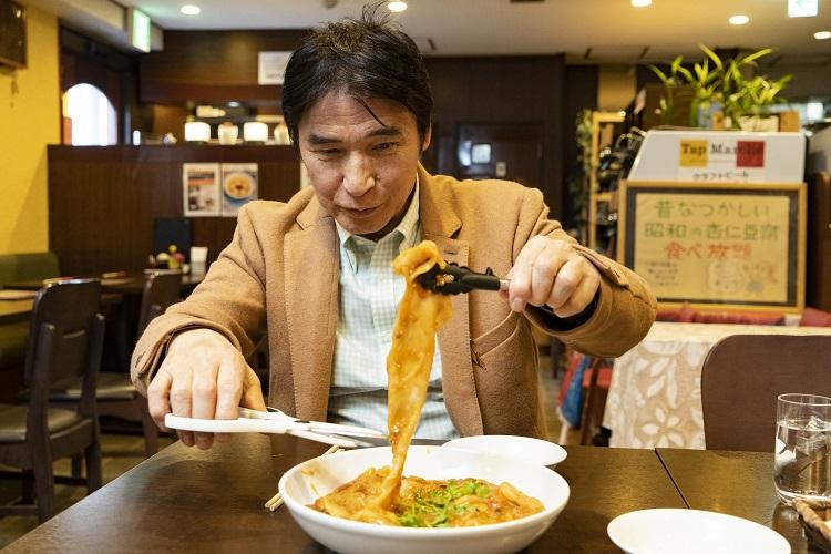 中国ではそのまま切らずに食べるそうだが、取り分け用にトングとハサミを出してくれる