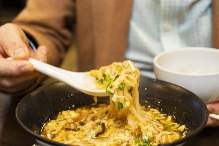 スープのとろみ具合が絶妙で、ソースのように麺によくからむ