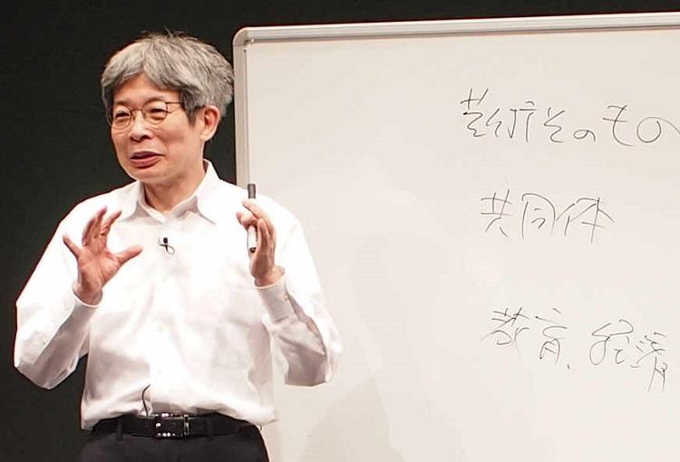社会における芸術の役割について語る=2020年4月28日、兵庫県豊岡市の江原河畔劇場