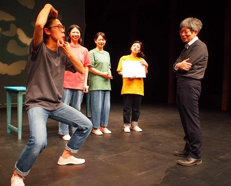 劇団員の演技を見守る平田=2020年4月28日、兵庫県豊岡市
