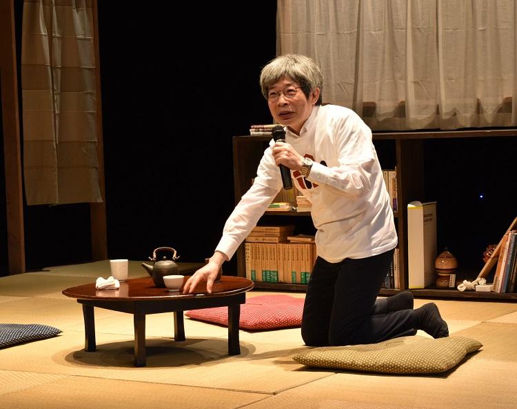 新劇場お披露目の第1回公演の後、舞台の上で観客からの質問に答える=2020年3月28日、兵庫県豊岡市