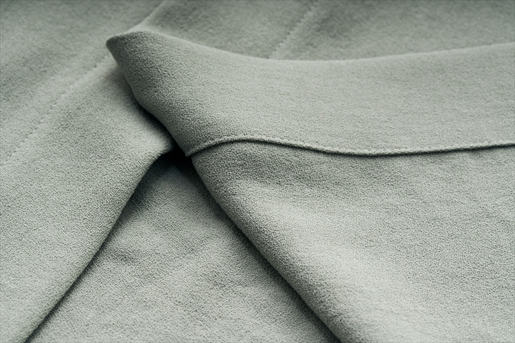 裏表とも見た目は変わらない。「梨地織り」の機能がそのまま上品な質感につながっているのはデザインの妙。天然素材のウェアとコーディネートしやすい