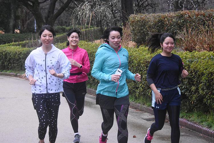 「名古屋ウィメンズマラソン」が開催された3月8日、名古屋市北区の名城公園でオンラインマラソンに挑戦するランナー=土井良典撮影