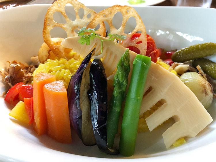ひとつひとつの野菜が丁寧に調理され、美しく盛られた「彩り野菜カレー」