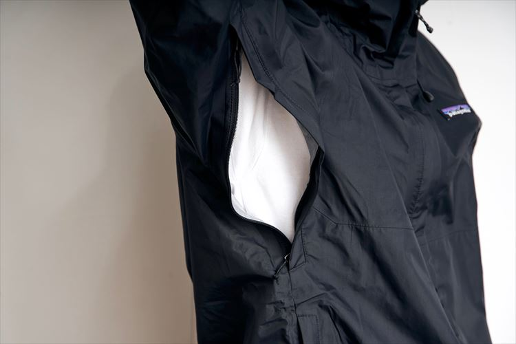 熱気や湿気のこもりやすい脇には排気用のファスナー装備
