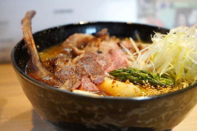 足寄町石田めん羊牧場さんのホゲット肉のグリル、羊骨と鰹出汁の熱々麺