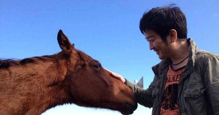 事業を始める前、生産者開拓のために訪れた牧場で=岩手県遠野市