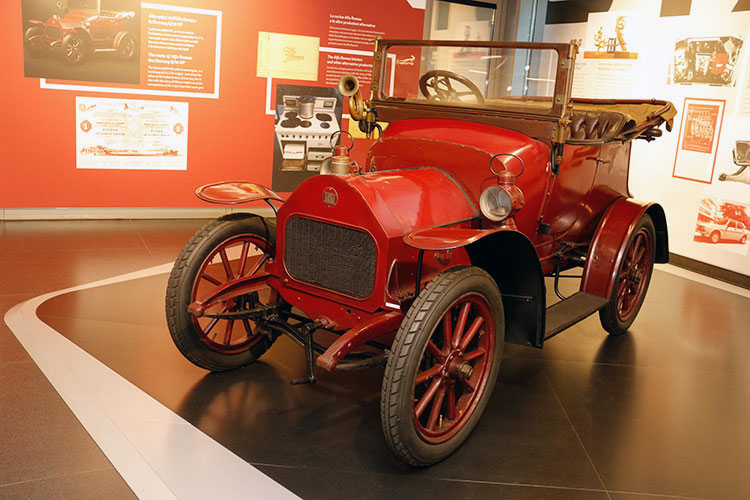 1910年、不振に陥ったフランスの自動車会社「ダラック」のミラノ工場を地元企業家有志が買い取ったのがアルファロメオの起源である。これはダラック8/10HP