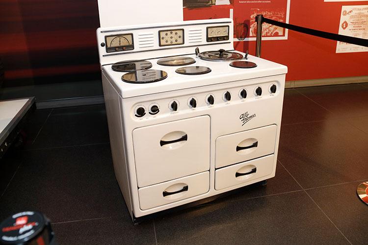 第2次大戦末期、戦後の事業を模索すべく疎開先の設計室で試作された電気/ガスオーブン。価格が決められ販売網まで構築されたが、発売には至らなかった