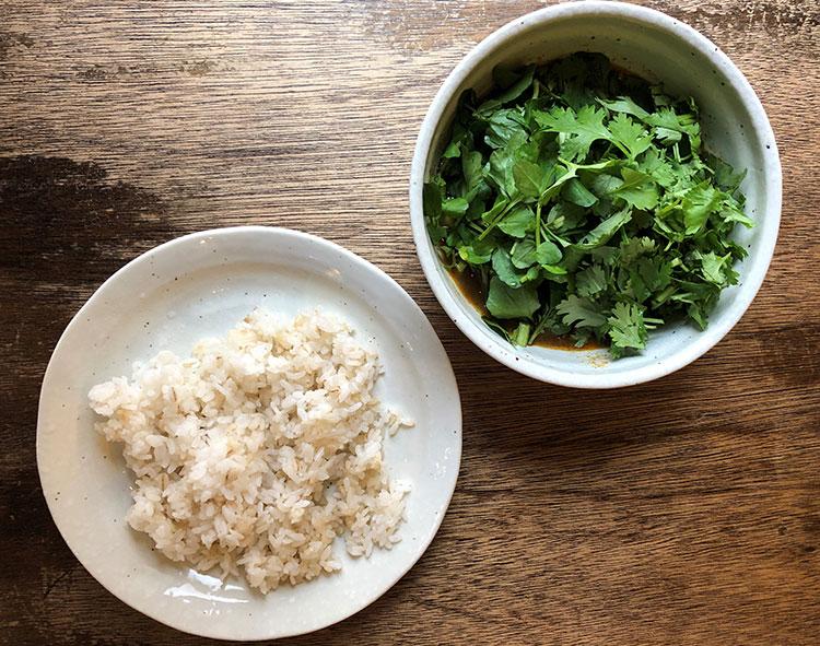 緑鮮やかな野菜が皿を覆う「チキン グリーングリーン」のパクチー増し