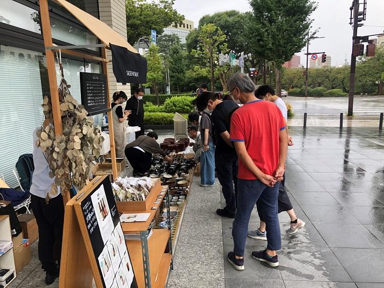 D&DEPARTMENT富山店で開催された「蚤(のみ)の市」。富山は意外と知られていませんが、民藝の聖地。棟方志功が疎開していたのも富山。なので歴史的な建造物の取り壊しなどがあると、いろんなお宝がいっぱい出てきます。今回も民藝運動の中心メンバーの一人、陶芸家の濱田庄司の焼き物がざくざく出ていました。もちろんそれを知って開場前から多くの人が集まっていました