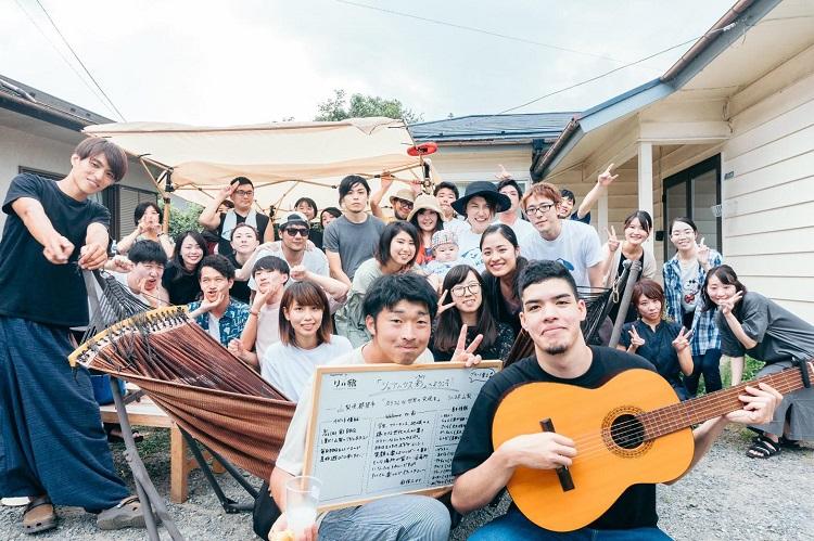 山梨県都留市のシェアハウス庭にて。この日は「いなフリ」受講生、卒業生のほか、地元の大学に通う学生や地域住民などを招いてのBBQが開催された=2020年8月