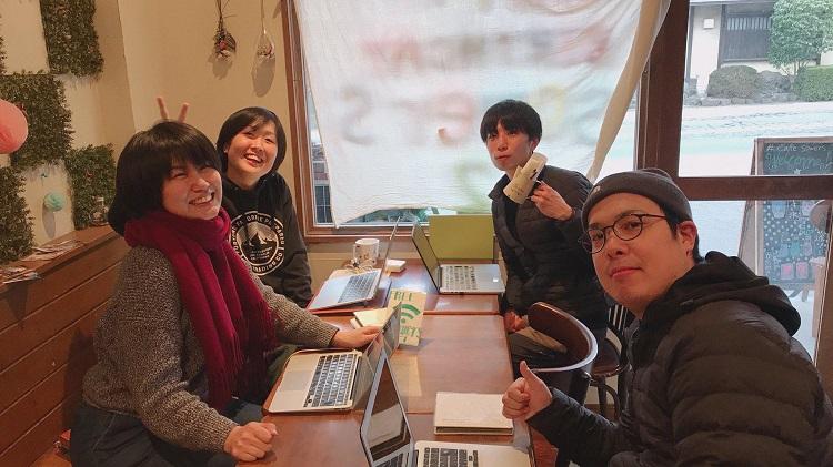 コワーキングコミュニティteraco.の階下には大学生が運営するカフェが併設されている。そのカフェにて講師陣の打ち合わせ中=2019年3月撮影