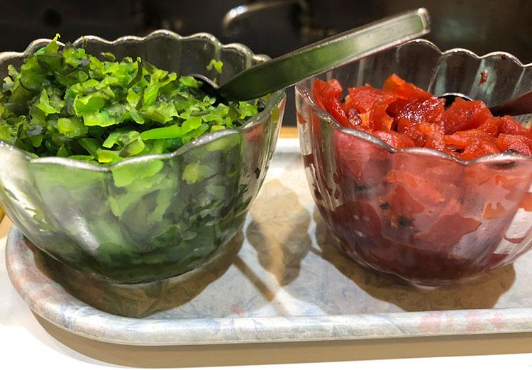 緑の刻み漬けと赤い福神漬けの薬味もずっと変わらない