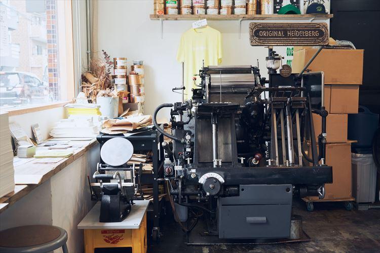 活版印刷機はドイツのハイデルベルグ社製。1970年に作られたもの