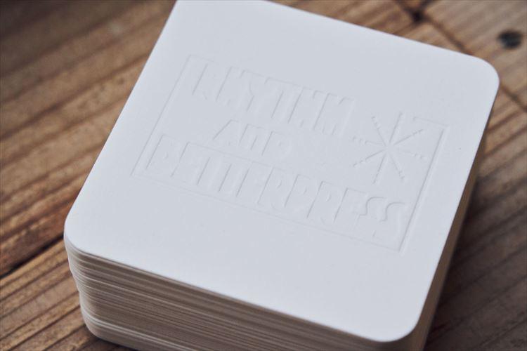リズム&ベタープレスのオリジナル・コースター。印刷時の圧力により凹凸をつけた活版印刷に惹(ひ)かれるファンも多い