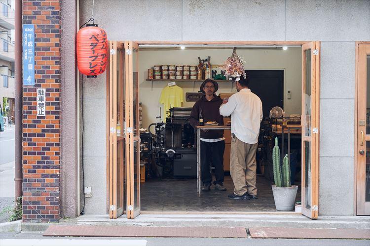 入り口横のガラス扉を開放すると、店内が一層明るくなり、新鮮な空気が流れ込む。