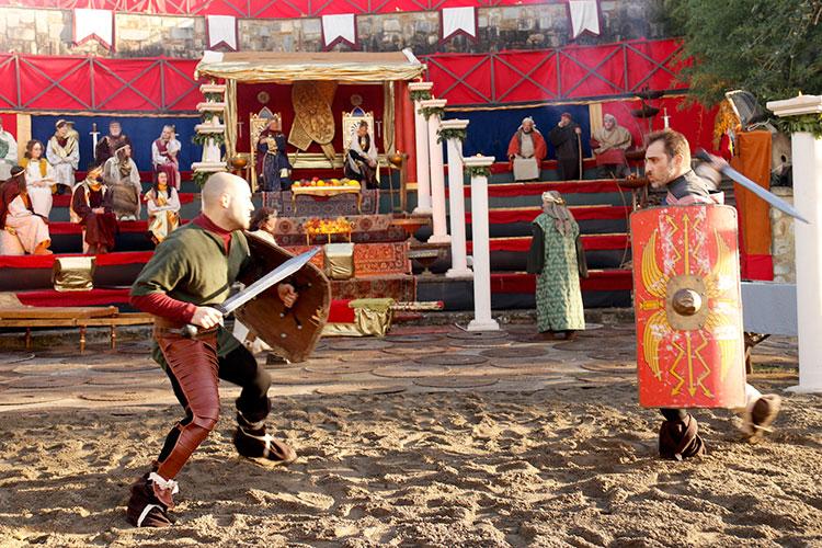 円形闘技場のセットでは剣闘士の戦いが繰り広げられます