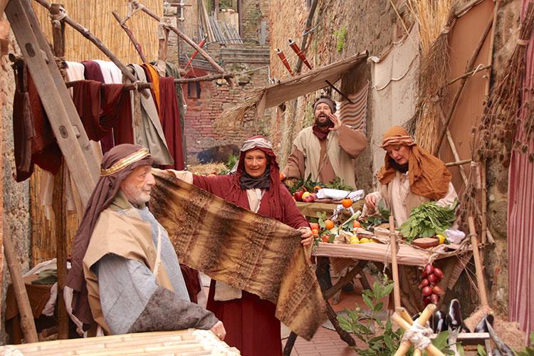 威勢の良い声に導かれて小道に迷い込めば、食品や衣料を売る市場が