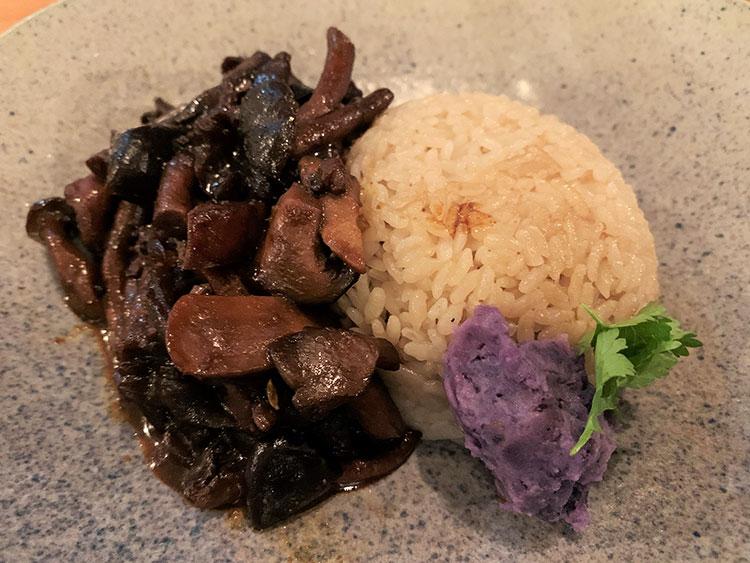 「ブラックマスタードとアワビ茸」の単品。胡椒の風味のライスとの相性が絶妙
